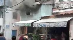 Sau tiếng sấm sét nổ như bom, căn nhà bốc cháy dữ dội trong mưa