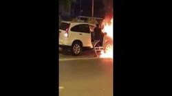 Hi hữu: Gây tai nạn, ô tô kéo lê xe máy rồi bốc cháy dữ dội