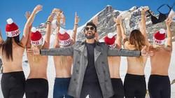 Trào lưu du khách trẻ cởi áo chụp hình bán khỏa thân trên núi tuyết