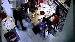 TQ: Nhân viên trượt chân, đổ cả nồi lẩu vào mặt khách