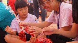 Trẻ nhỏ háo hức tự làm đồ chơi Trung thu ở Hoàng thành Thăng Long