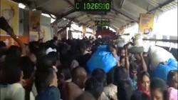 Giẫm đạp kinh hoàng ở cầu đi bộ Ấn Độ, 22 người chết