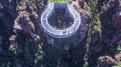 """""""Toát mồ hôi"""" bước qua cầu kính cao nhất thế giới nằm cheo leo trên vách núi"""