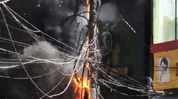 Điện lực TT-Huế nói về vụ trụ điện cháy dữ dội, thiêu rụi xe máy