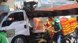 Xe tải kéo ngã thanh giới hạn chiều cao, nhiều người hoảng hồn