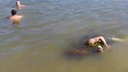 Nga: Hãi hùng cảnh bơi cùng xác chết trên sông