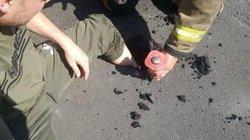 """Đường nhựa tan chảy """"nuốt"""" luôn cả chân người vì trời nóng như nung"""