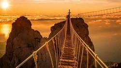 Đứng tim đi trên cây cầu cheo leo trên vách núi, sẩy chân là lao xuống vực