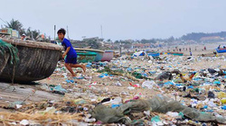 Chùm ảnh gây choáng váng trước bãi biển toàn rác ở Bình Thuận