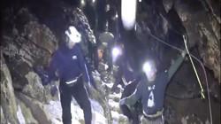 Lý do đội bóng Thái Lan phải nằm cáng, không tỉnh táo trong hang