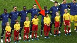 """Cậu bé Việt Nam """"hộ tống"""" tuyển thủ Pháp lên ngôi vô địch World Cup 2018"""