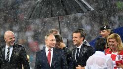 """Tổng thống Putin một mình che ô, """"bỏ quên"""" nữ Tổng thống Croatia"""