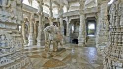 Ngôi đền cổ được chạm khắc cực cầu kỳ khiến du khách kinh ngạc