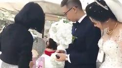 Bi hài chuyện khách đi đám cưới phải cầm thẻ quẹt tiền mừng ở Hà Nội