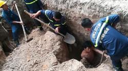 Nam công nhân bất ngờ bị đất vùi dưới hố sâu 2,5m