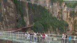 Run rẩy với cầu treo thủy tinh 5D với âm thanh kỳ lạ vắt ngang vực tại Trung Quốc