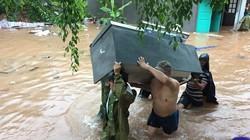 Công an, bộ đội ngâm mình trong nước giúp dân chống lũ