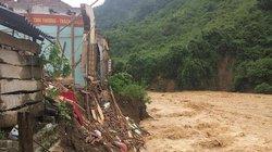 Nghệ An: Mưa lũ cô lập nhiều nơi, đánh sập cả trường tiểu học