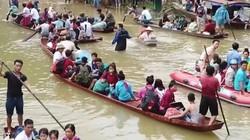 Mưa lớn ở Hòa Bình, người dân chèo thuyền đông như trẩy hội trên QL6