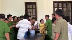 Clip: Kiểm sát viên và phóng viên bị hành hung ngay tại tòa