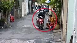 Clip: Ngồi đếm tiền trước nhà, nữ khổ chủ bị cướp chạy qua giật mất