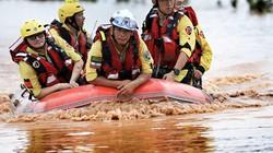 Ảnh: Trực thăng, cứu nạn tìm kiếm khẩn nạn nhân ở vùng lũ Attapeu