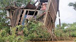 Ảnh độc quyền: Cảnh hoang tàn ở rốn lũ Attapeu nơi nhà trôi lên cây