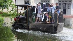 Cám cảnh người Hà Nội bắt xe... công nông vượt nước lũ