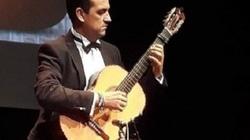 Nghệ sỹ Enrique Munoz biểu diễn trên cây đàn Swallow Guitars mang thương hiệuViệt