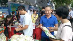 Người dân thích thú đến Thành ủy Hà Nội mua rau, thịt đặc sản