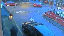 Video sát nhân nhảy từ nhà tầng xuống cướp xe sau khi giết người ở Anh