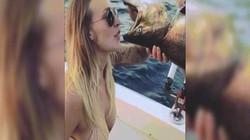 Video cô gái mặc bikini phấn khích khi uống bia từ miệng cá chết