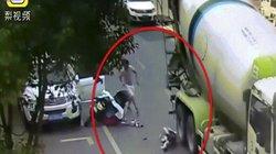 Người phụ nữ TQ bị xe bồn cán qua đầu và cái kết bất ngờ