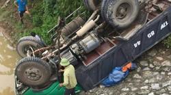 Xe tải lật mấp mé bờ sông, nghẹt thở giải cứu 4 người mắc kẹt