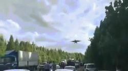 """Nga: Chiến đấu cơ Su-25 hạ cánh ngay trên cao tốc, dân """"tròn mắt"""" xem"""