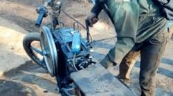 SỐC: Xe máy gắn động cơ quay tay như của máy cày