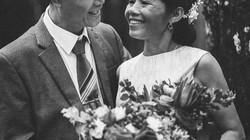 Sau 35 năm chung sống, bộ ảnh cưới đầu tiên của cặp đôi U60 khiến dân mạng rần rần xúc động