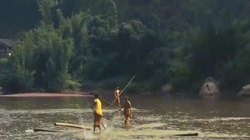 """Di chuyển qua sông bằng thanh tre như những """"cao thủ võ lâm"""""""