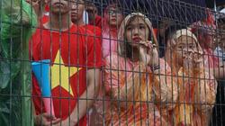 Clip: Hàng nghìn người đội mưa cổ vũ Việt Nam thi đấu với Hàn Quốc