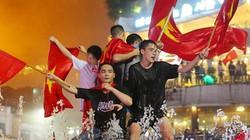 Ảnh, clip: Cổ động viên đổ ra đường vẫy cờ tắm mưa dù Việt Nam thua