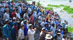 Hàng trăm người dân đi xem cảnh xả lũ hiếm có ở An Giang