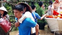 Cảm động các chiến sĩ công an cõng dân chạy lũ ở Thanh Hóa