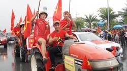 Ảnh, clip: Máy cày xuống đường đón Olympic Việt Nam ngày trở về