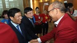 Xuống sân bay, O.Việt Nam vinh dự được các lãnh đạo cấp cao chào đón
