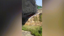 Văng từ cao tốc xuống chân cầu, xe bồn chở xăng bốc cháy dữ dội