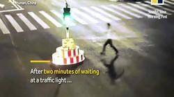 Đợi đèn đỏ quá lâu, thanh niên TQ nổi giận phá cột đèn