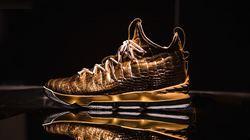 Choáng ngợp giày từ da cá sấu ngâm trong vàng, trị giá hơn 2 tỷ đồng