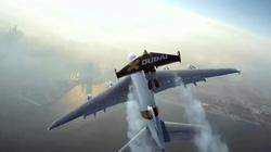 Người lao vút trên bầu trời như trong phim với đôi cánh đặc biệt
