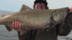Câu được cá hồi khổng lồ, to như quái vật ở Mỹ