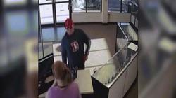 Video kẻ cướp lao vào cửa hàng, làm rơi súng và đoạn kết hài hước